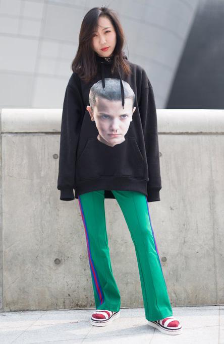 green-emerald-wideleg-pants-trackpants-black-sweater-sweatshirt-graphic-brun-white-shoe-sandals-socks-fall-winter-weekend.jpg
