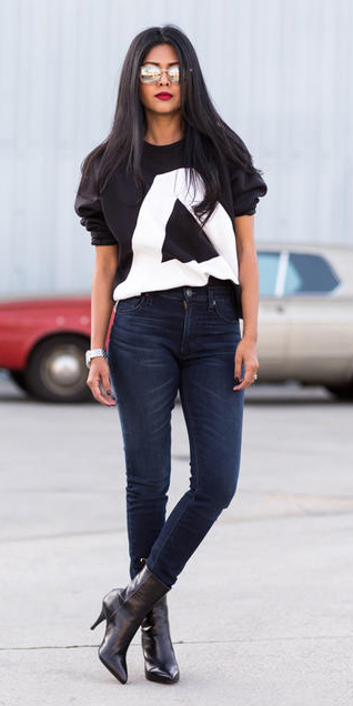 blue-navy-skinny-jeans-black-sweater-sweatshirt-graphic-brun-sun-black-shoe-booties-concert-outfit-idea-fall-winter-lunch.jpg