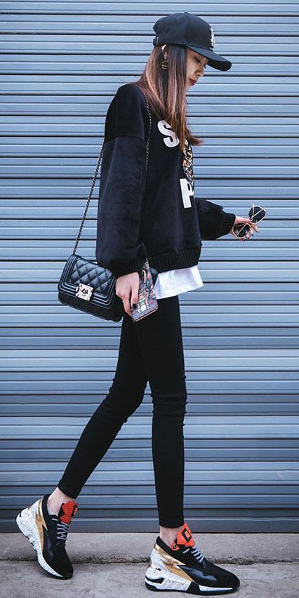black-leggings-black-sweater-sweatshirt-hat-cap-brun-graphic-black-bag-black-shoe-sneakers-dad-platform.jpg