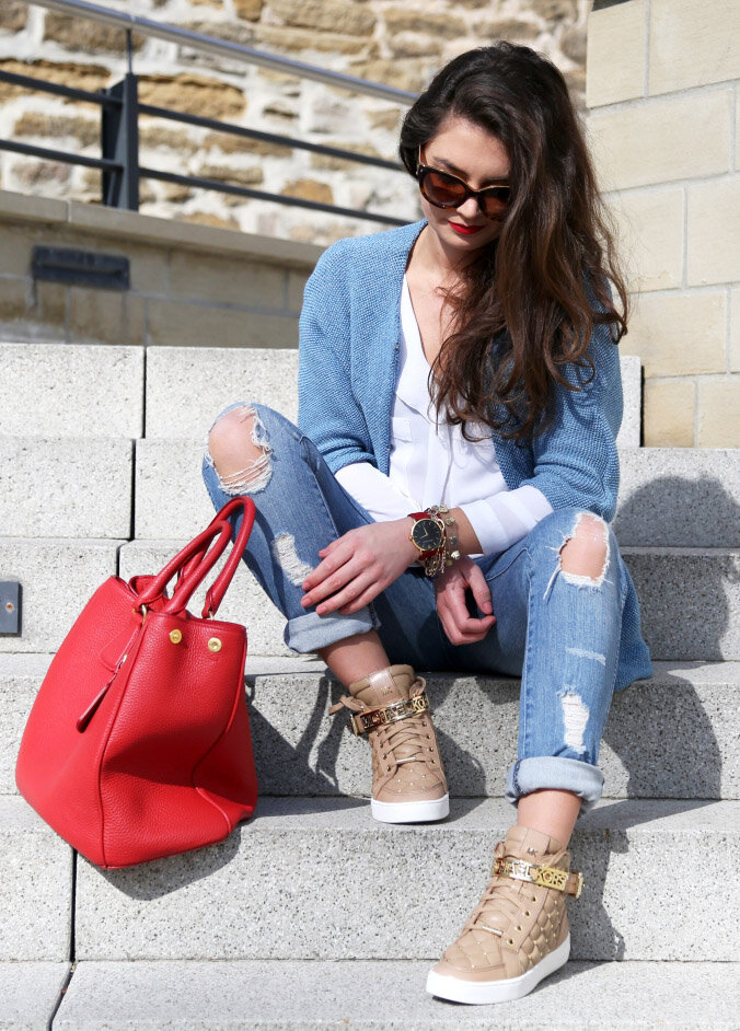 What to wear with light blue sweater