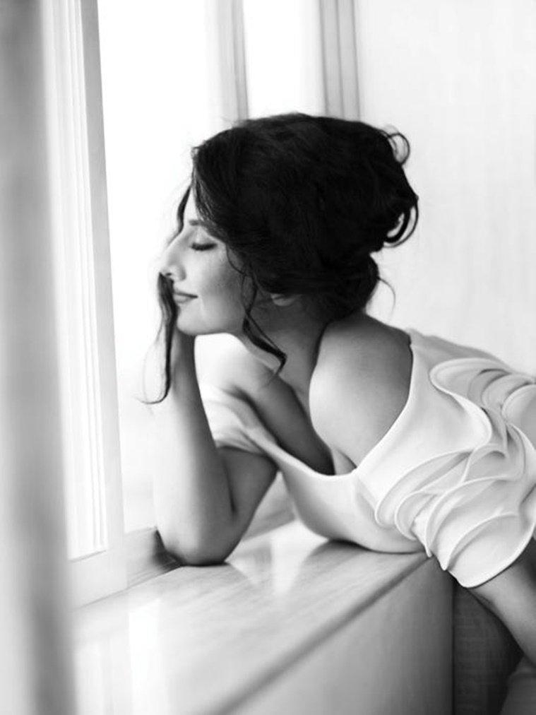 Captured in framewhispered her namesidelong glancesimagined romancesoverturn my chancessay it's her hairhappenstances - #senswrds 241 April 2017
