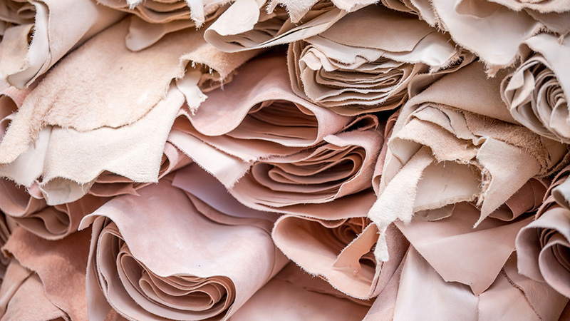 Vegetable tanned hides result in a natural pink cue.