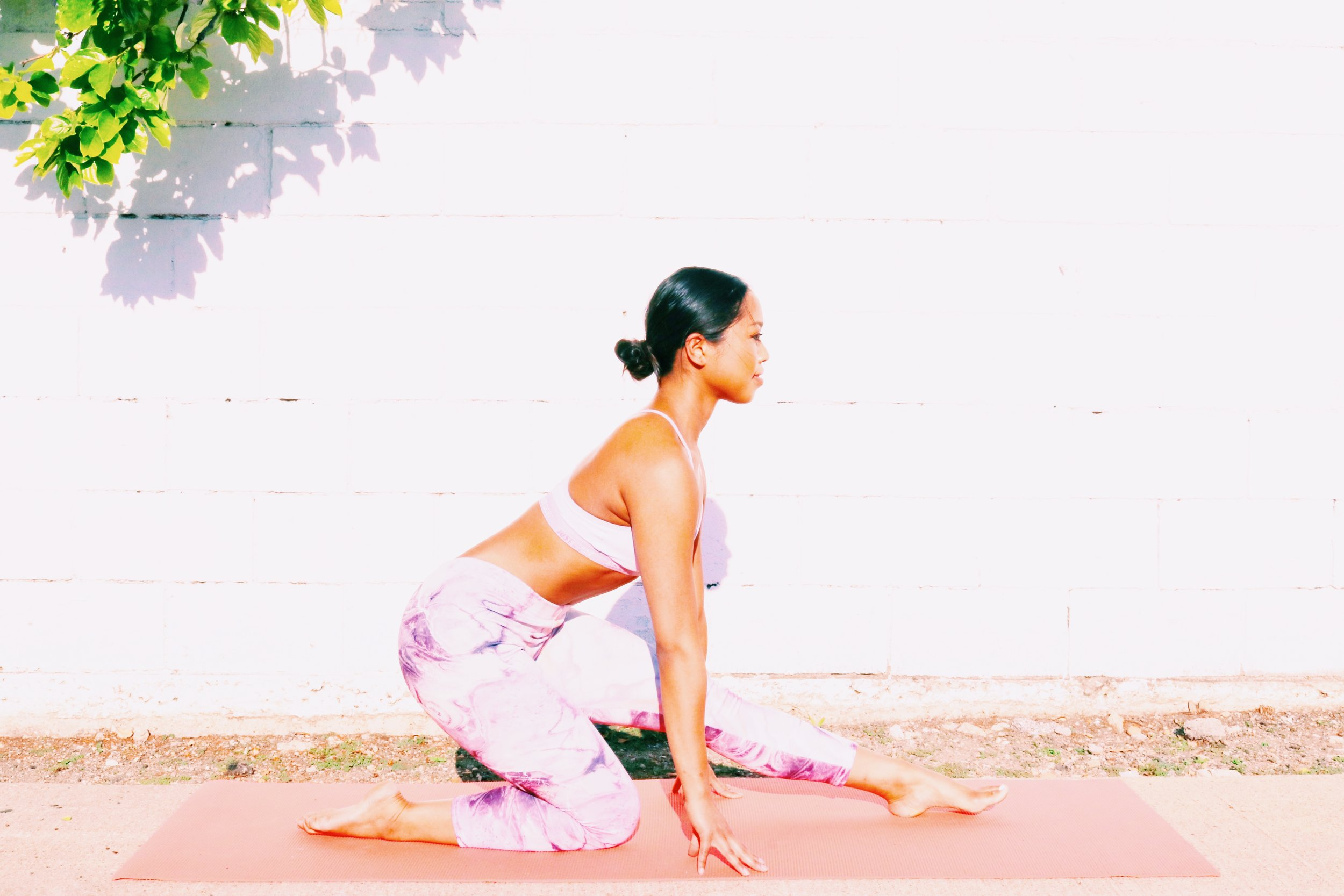 NOW SHIFT THE HIPS BACK TOWARDS YOUR RIGHT FOOT. SET YOUR HANDS TO THE MAT FOR BALANCE. -