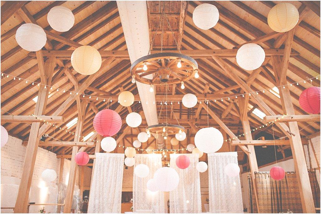 Deckendekoration Lampions und Lichterketten
