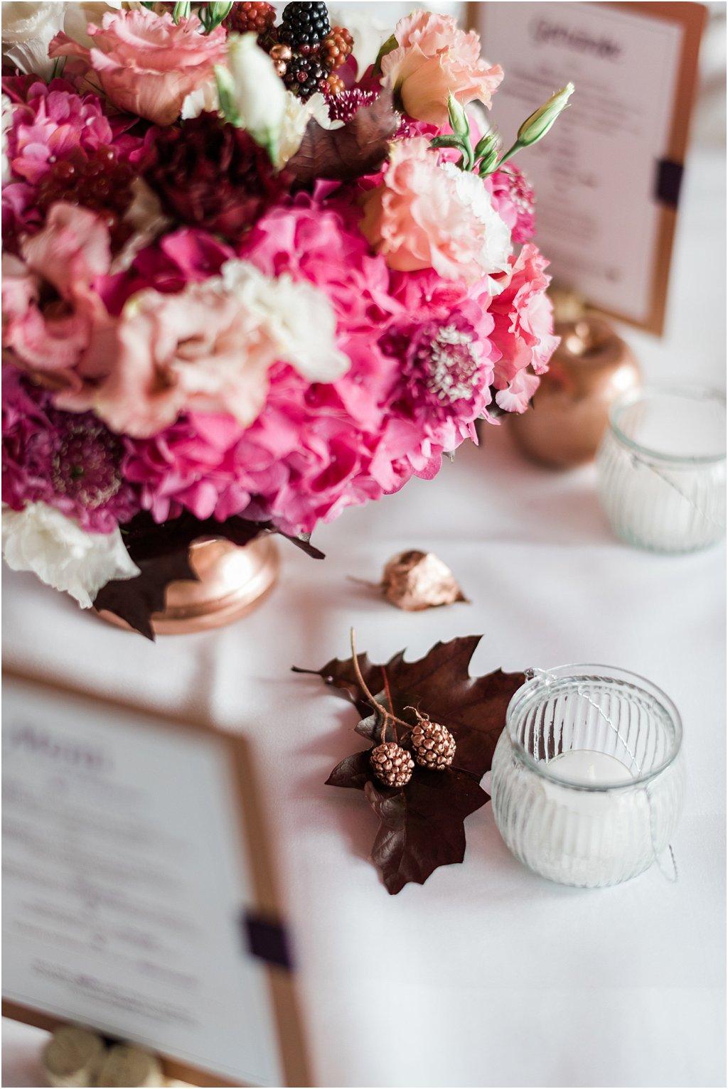 Blumendekoration Hochzeit Bordeaux
