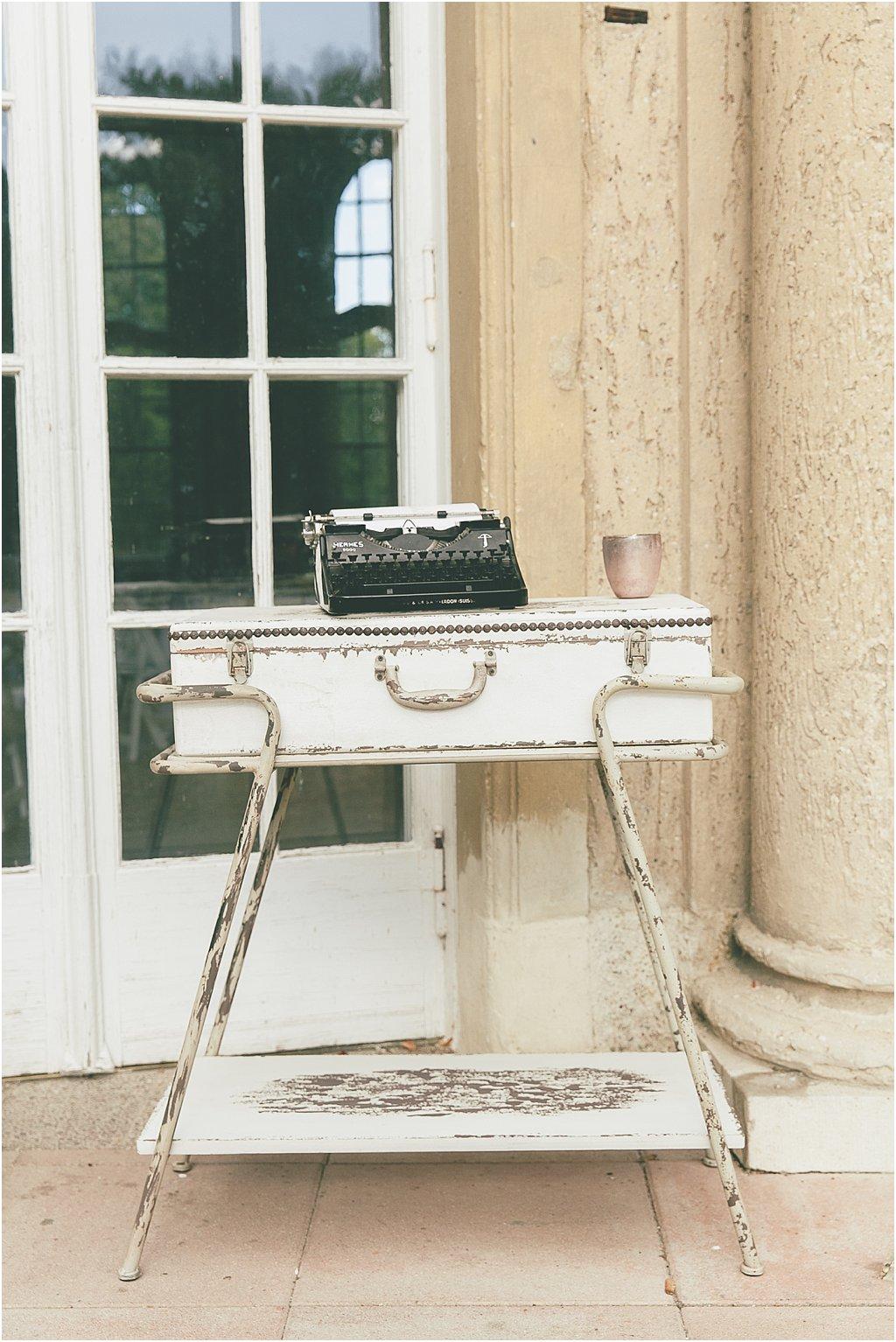 Alte Schreibmaschine Koffertisch