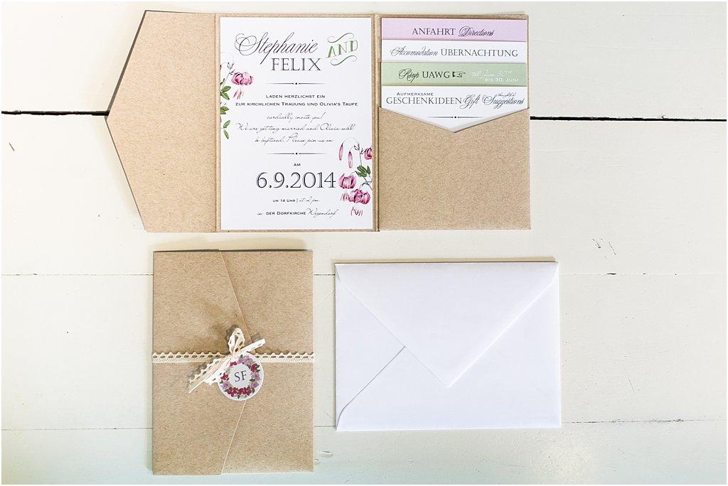 Pocketeinladung mit 4 Einsteckkarten und weißem Umschlag und Paarlogo-Anhänger