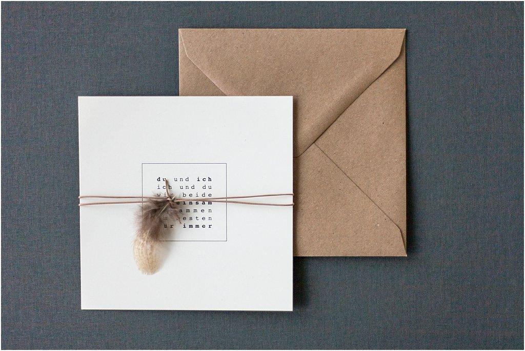 Quadratische Einladung, beidseitig bedruckt, mit Lederband, Feder und braunem Umschlag
