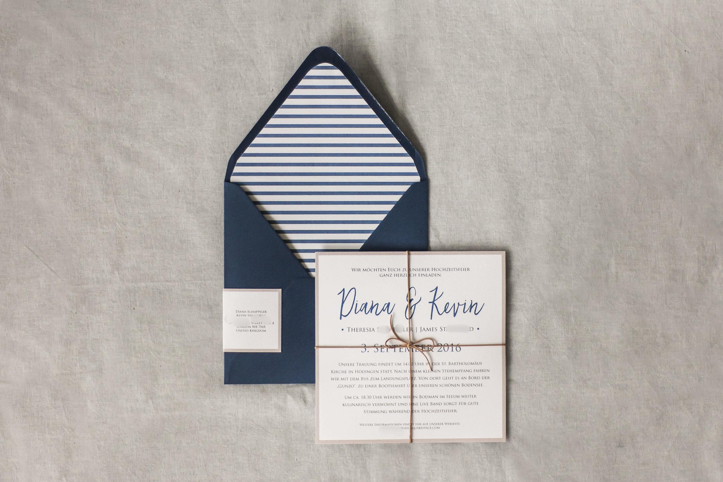 Einladung Blau-weiß und Briefumschlag mit Liner und Adressaufkleber