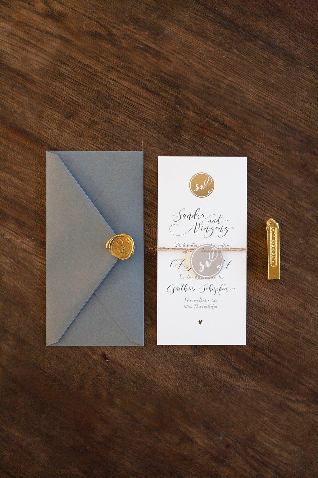 Hochzeitseinladung aus zwei Flachkarten gebunden, mit grauem Briefumschlag und goldenem Siegel