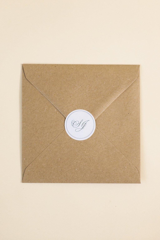 Brauner Kraftpapier Briefumschlag mit rundem Logo-Aufkleber