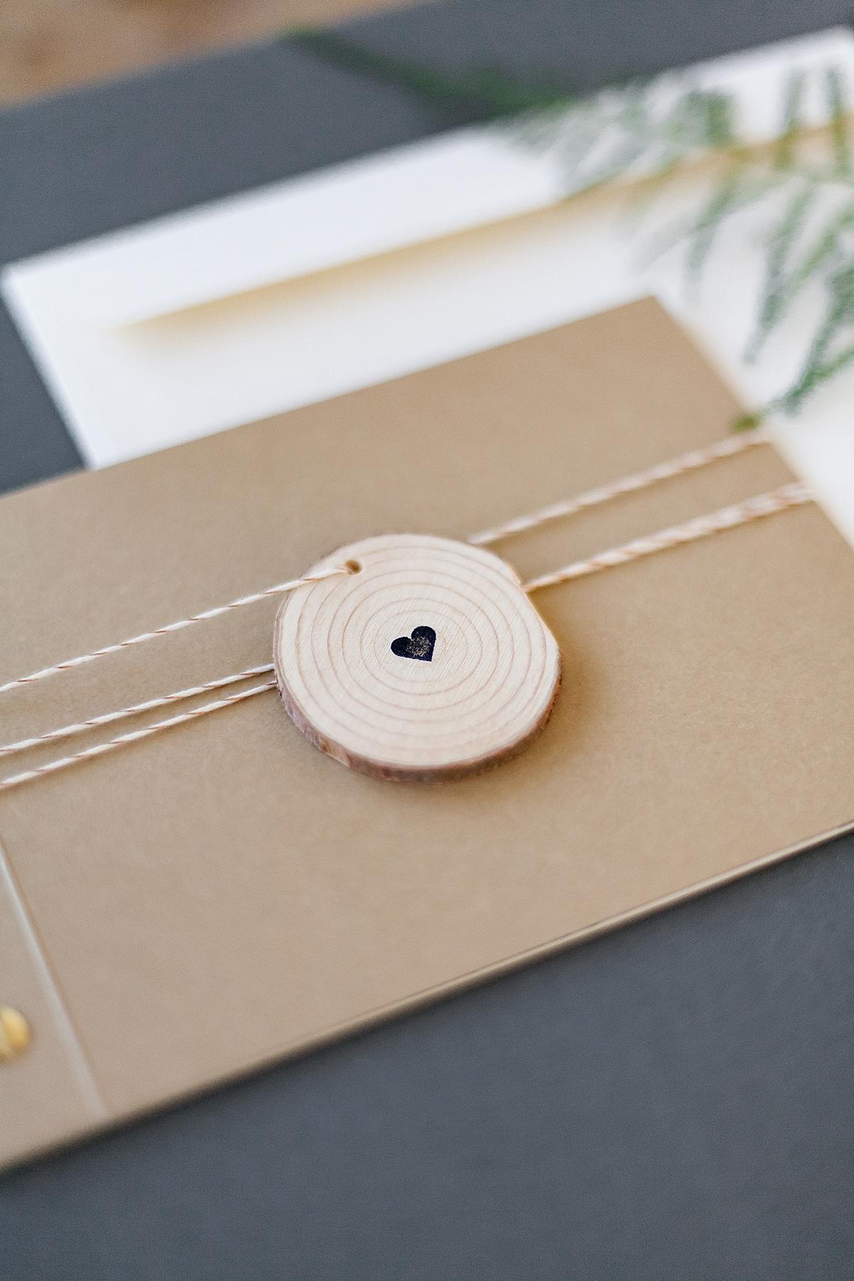 Schöner Holzanhänger mit Herzstempel und Kordel