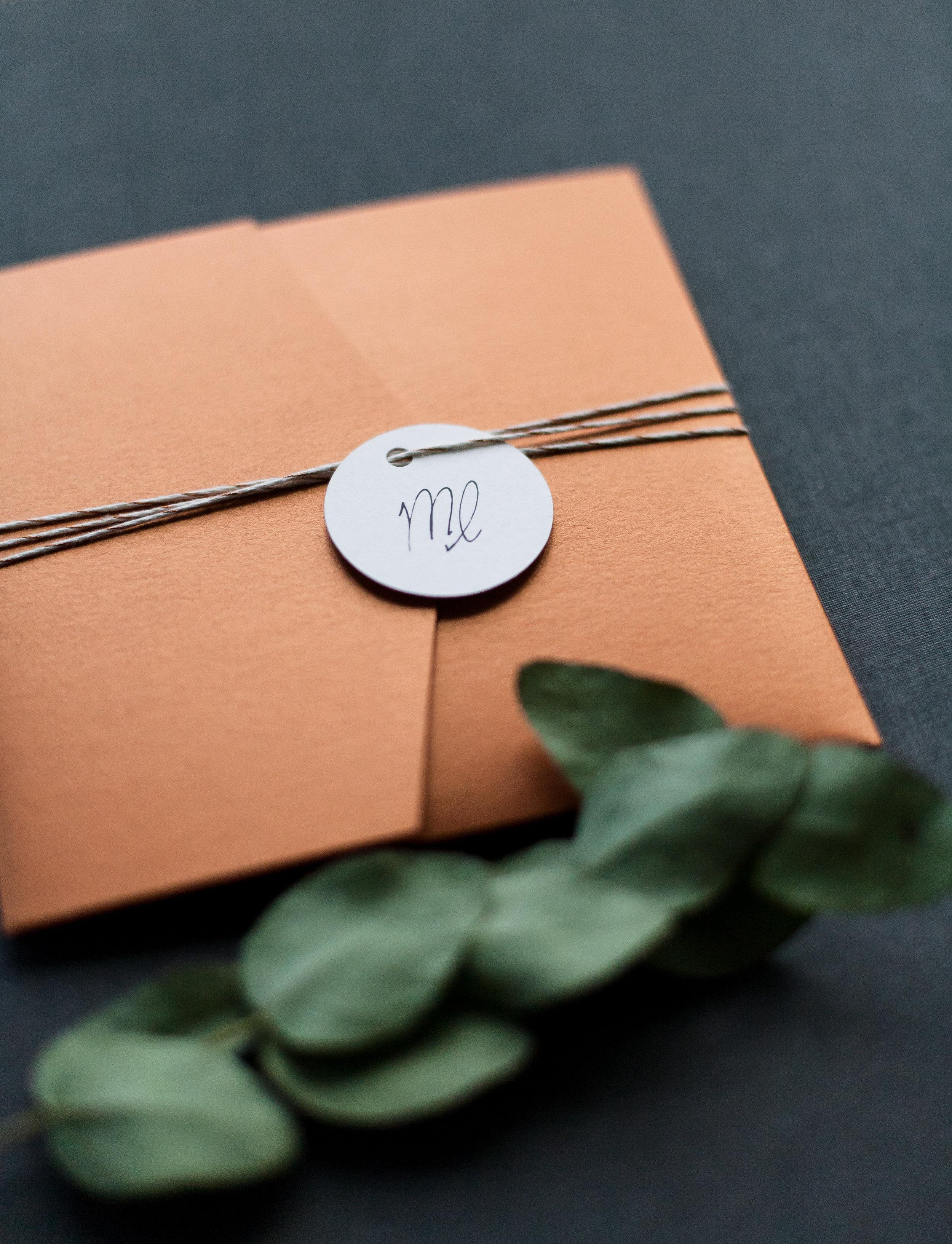 Pocketfold Einladung Kupfer quadratisch mit Anhänger Paarlogo und Garn