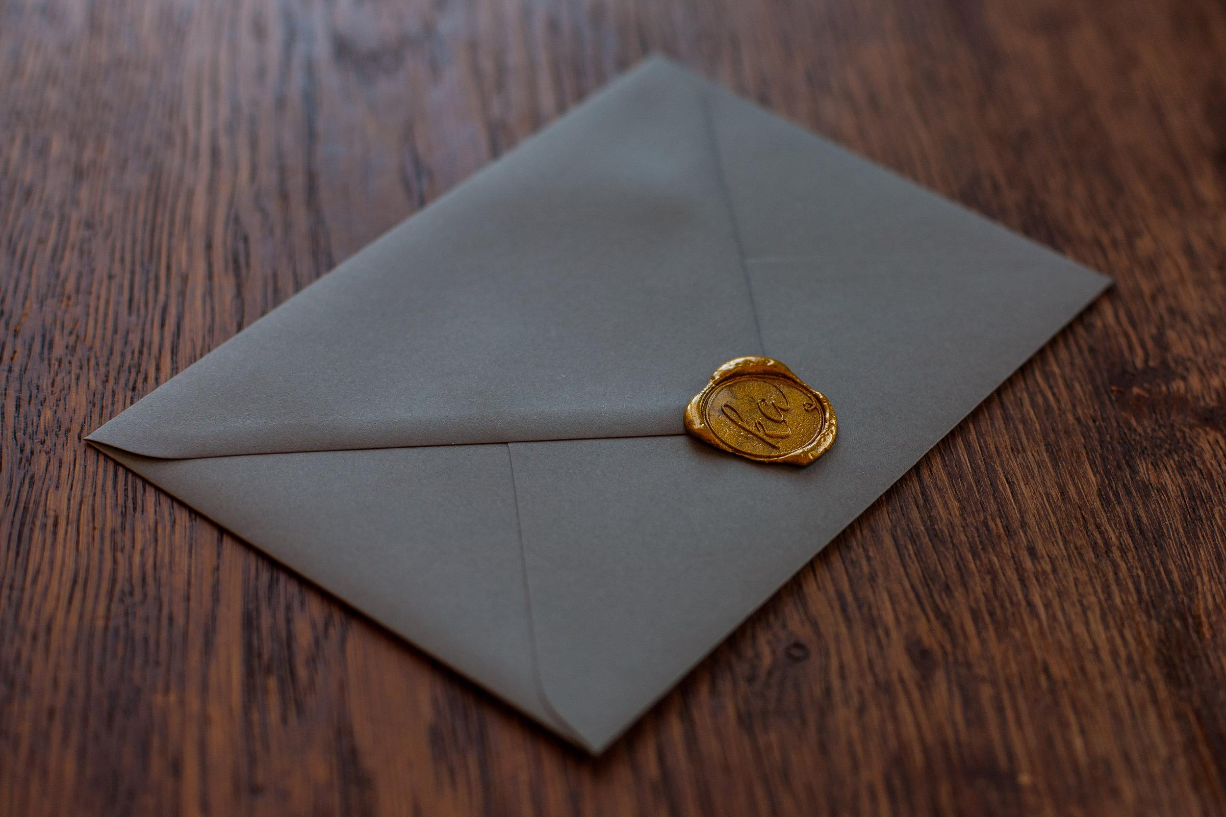 Grauer Briefumschlag und goldenem Siegel