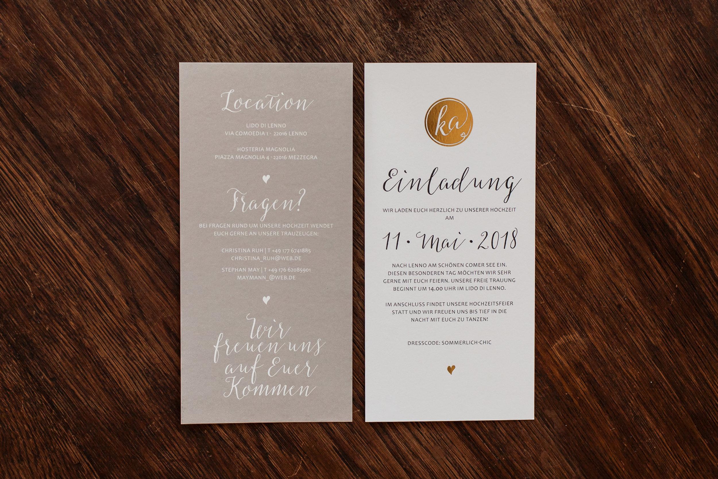 Einladungskarte, zwei Flachkarten beidseitig bedruckt (Vorderseiten) mit Goldveredelung