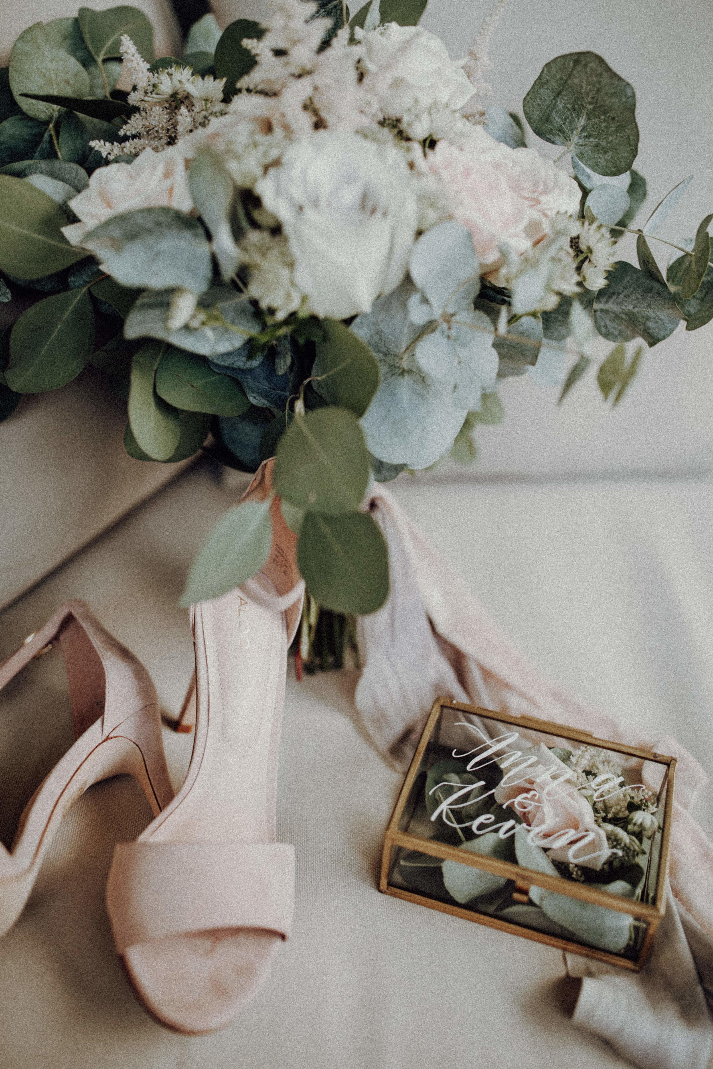 Brautstrauß Brautschuhe Ringbox Eukalyptus weiß pastelltöne