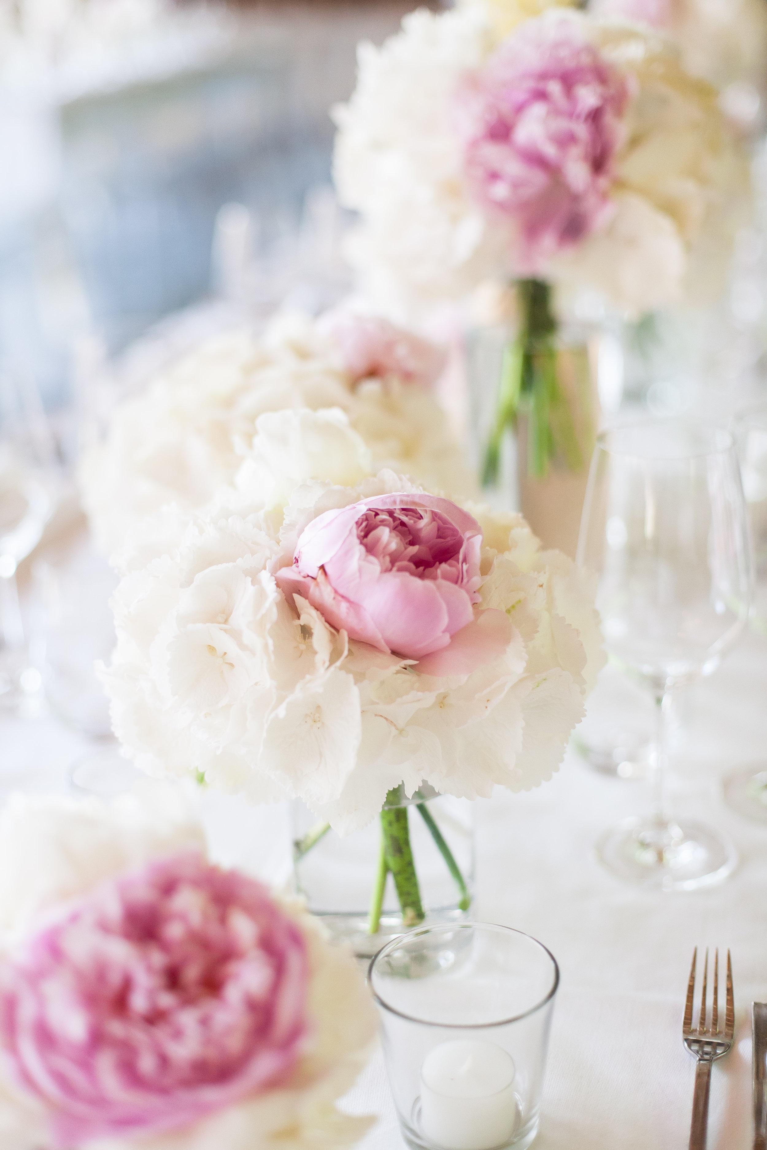Hortensien und Pfingstrosen, Tischfloristik Hochzeit