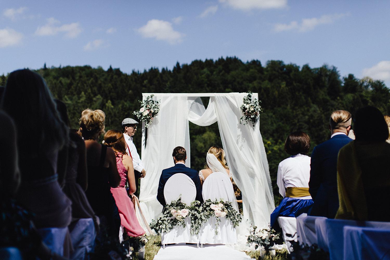 Trauung Hochzeit im Freien Stuhlschmuck