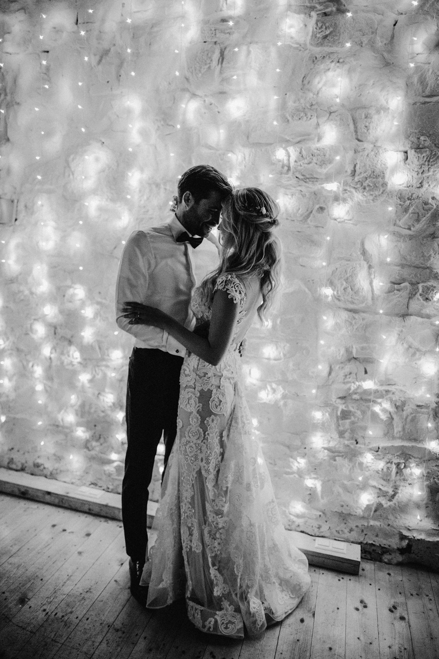 Brautpaar tanzt vor Lichterketten Vorhang
