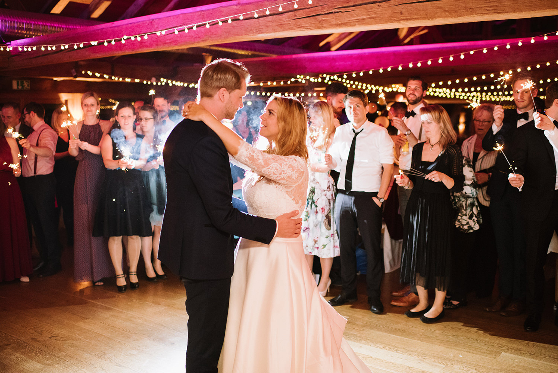 Stimmungsbild Brautpaartanz mit Lichterketten.jpg
