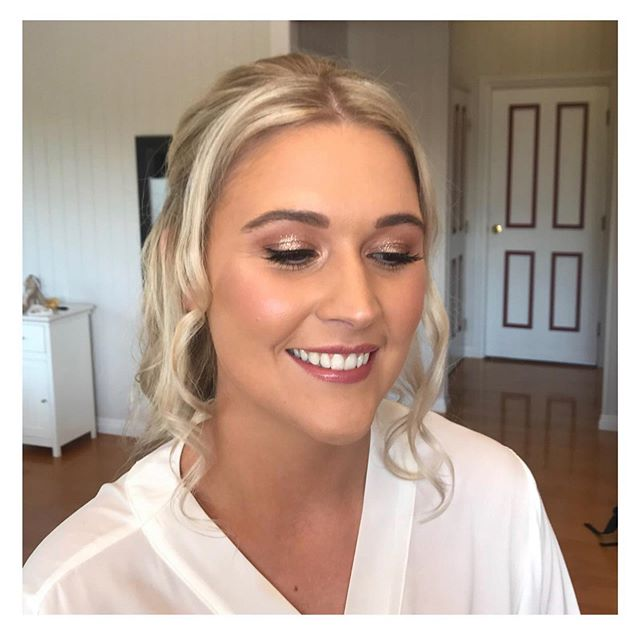 C H E L S E A // ✨ We love adding that hint of sparkle to your wedding day makeup✨ . We always reach for @stilacosmetics #glitterandglow in the shade #kitten - it's the perfect champagne tone! . Hair and Makeup: Mary & Katina  Xx