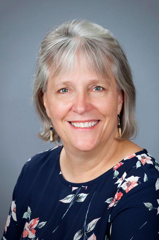 """Louise DuFour- Zavala - Médico Veterinario de la Universidad de Montreal, Canadá. Realizó una Maestría en Medicina Aviar en la Universidad de Georgia, USA. Ha trabajado por más de 20 años en el Laboratorio Avícola de Georgia siendo en la actualidad la Directora Ejecutiva. Contiene múltiples publicaciones en revistas indexadas en Laringotraqueítis Aviar. Asimismo, es la redactora jefe del Libro """"Aislamiento, Identificación y Caracterización de Patógenos Aviares"""" de la Asociación Americana de Patólogos Aviares (AAAP)."""