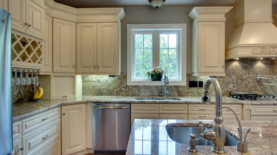 A7_Creme_colored_maple_wood_cabinets_with_a_bold_bronze_glaze_in_traditional_style_07.jpg