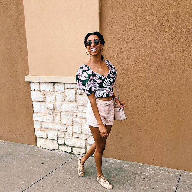 Walking into Monday like 😁!! Y'all I've been wearing this top on repeat this summer 💕💚 Shopping secret- I found it at the @dillards clearance center. If you have one of these near you, I highly suggest checking it out. Name brand apparel at affordable prices?! Count me in! 💖 . . . . . . #lovethislook #darlingmovement #fashiononabudget #frugalfashion #lookforless #styleonabudget #budgetfashionista #everydayfashion #imwearing #stylesubmit #affordablefashion #fashioninspo #styleinspo #discoverunder5k #discoverunder3k #budgetfashion #budgetfashionista