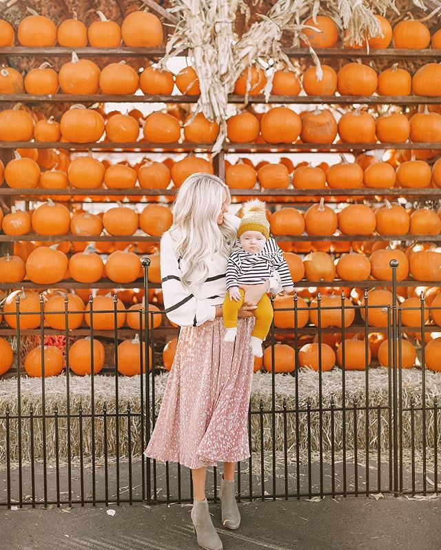 Trick or Treat Yo Self 🎃🧡 Chloé is cozied up in @MilesBabyBrand & Mum is rocking a nursing friendly combo from @JourneyFive! 🧡🧡 #MilesBaby #JourneyFive