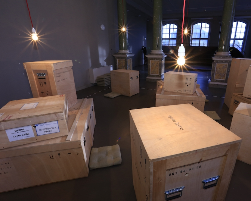 - 11.06.2017 - 11:00 Uhr: Open the Box!1 Kiste, 1 Ding, 1 Erzählung, Petra Martin, Kustodin öffnet Kiste Nr. 4.Einmal monatlich öffnet eine Kustodin des Museums für Völkerkunde eine Kiste der Installation Prolog #1 Kistengeflüster. Entdecken Sie ihre Geschichte und hören Sie ihre Geheimnisse.