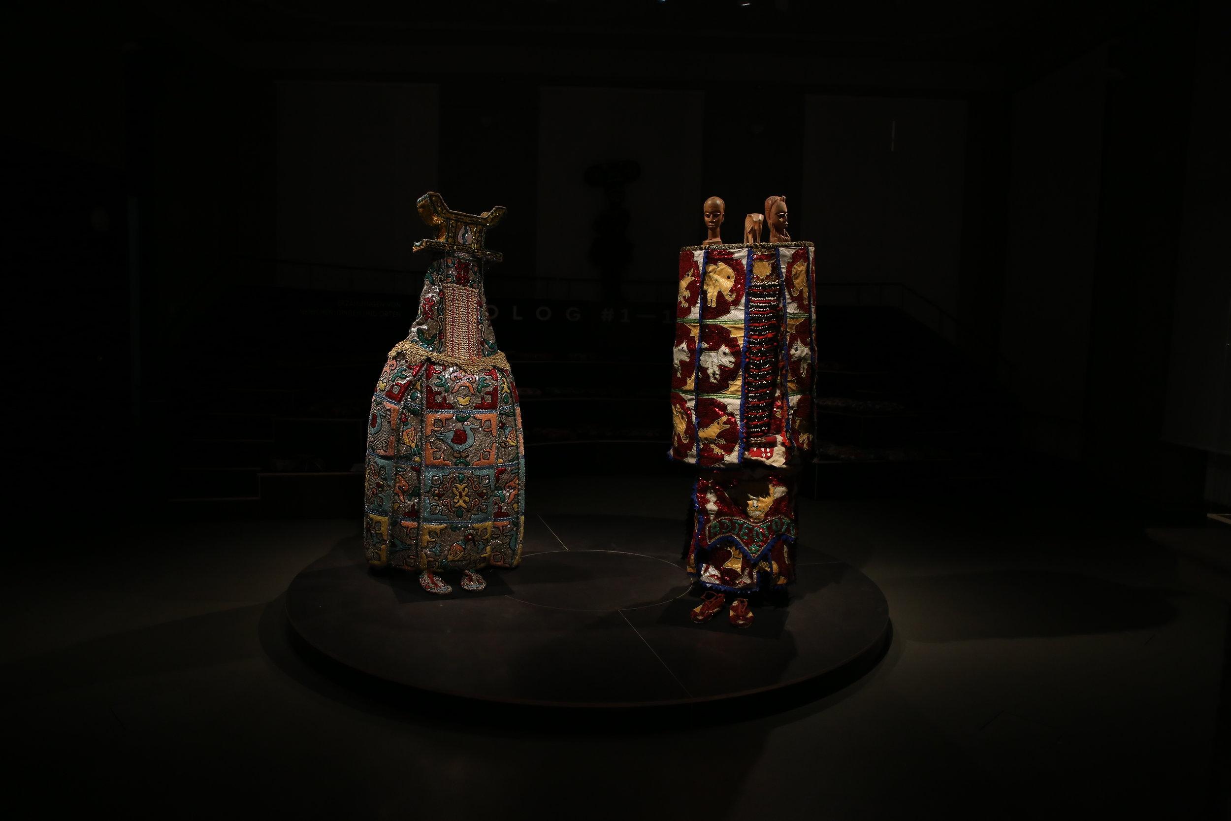 - 19.12.2017: Neue Exponate im Prolog!Sind Sie neugierig, welche Geschichten diese zwei zeitgenössischen Egungun-Maskenanzüge erzählen? Dann kommen Sie vorbei und erfahren Sie mehr über die Yoruba und das Ritual der Wiederkehr.