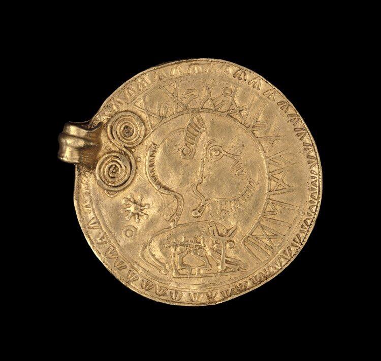 Bractea aurea in Undley, Suffolcia inventa, saec V. exeunte facta. Non satis liquet utrum facta sit in Anglia an in continenti.  British Museum, nr. 1984,1101.1.