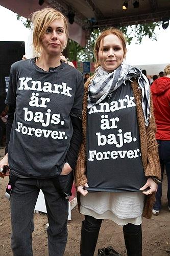 Anna Ternheim och Nina Persson på Hultsfredsfestivalen 2007.  Knark är bajs!