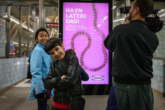 Interaktiv och lekfull  kampanj i tunnelbanan  för lekkollektionen LATTJO.