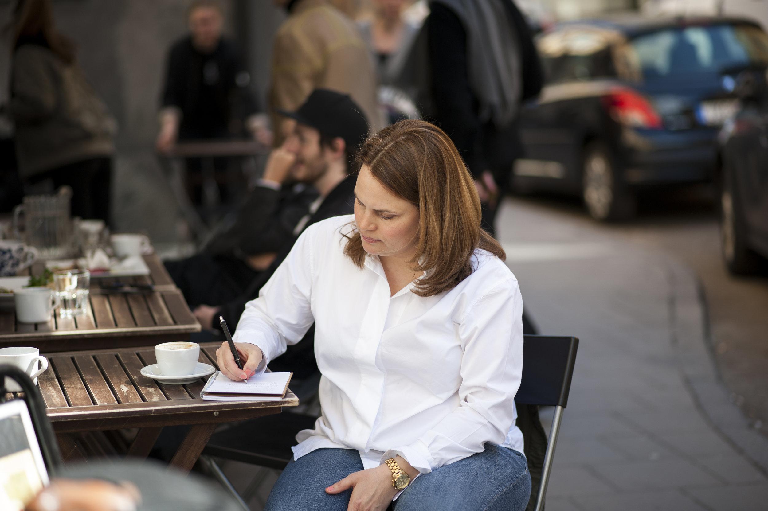 Sitta och skriva på ett kafé . Det är att leva författardrömmen! :)Foto: Henrik Berglund