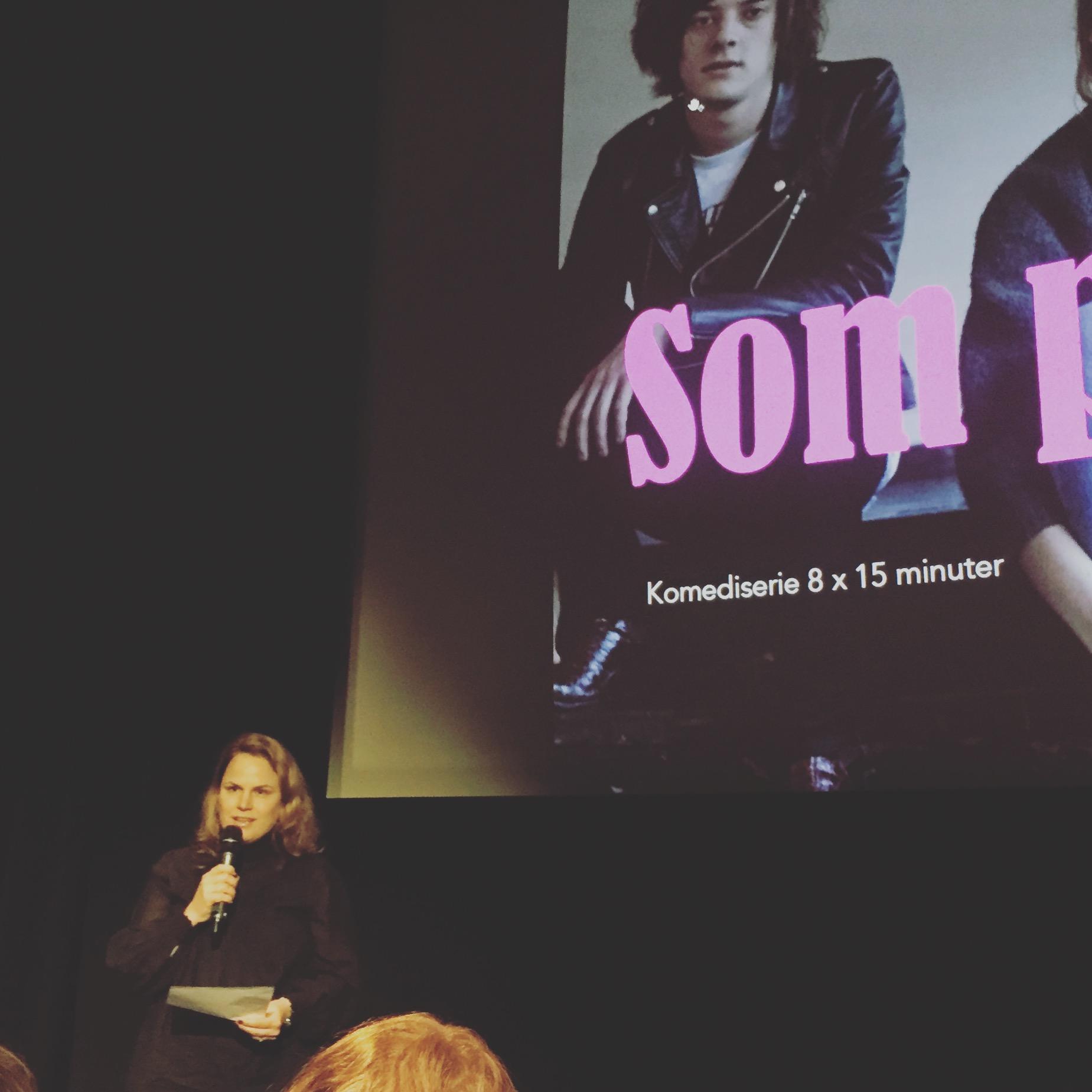 Final på Alma manusutbildning!Jag presenterar min komediserie på scenen i Filmhuset. Foto: Per Bifrost.