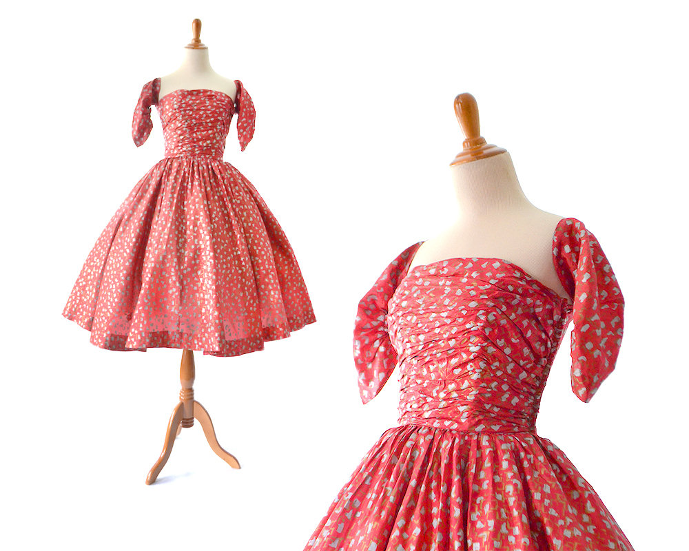 Finally, although not a floral print, I include for obvious reasons this sweet little  1950s day dress with detachable sleeves via Etsy