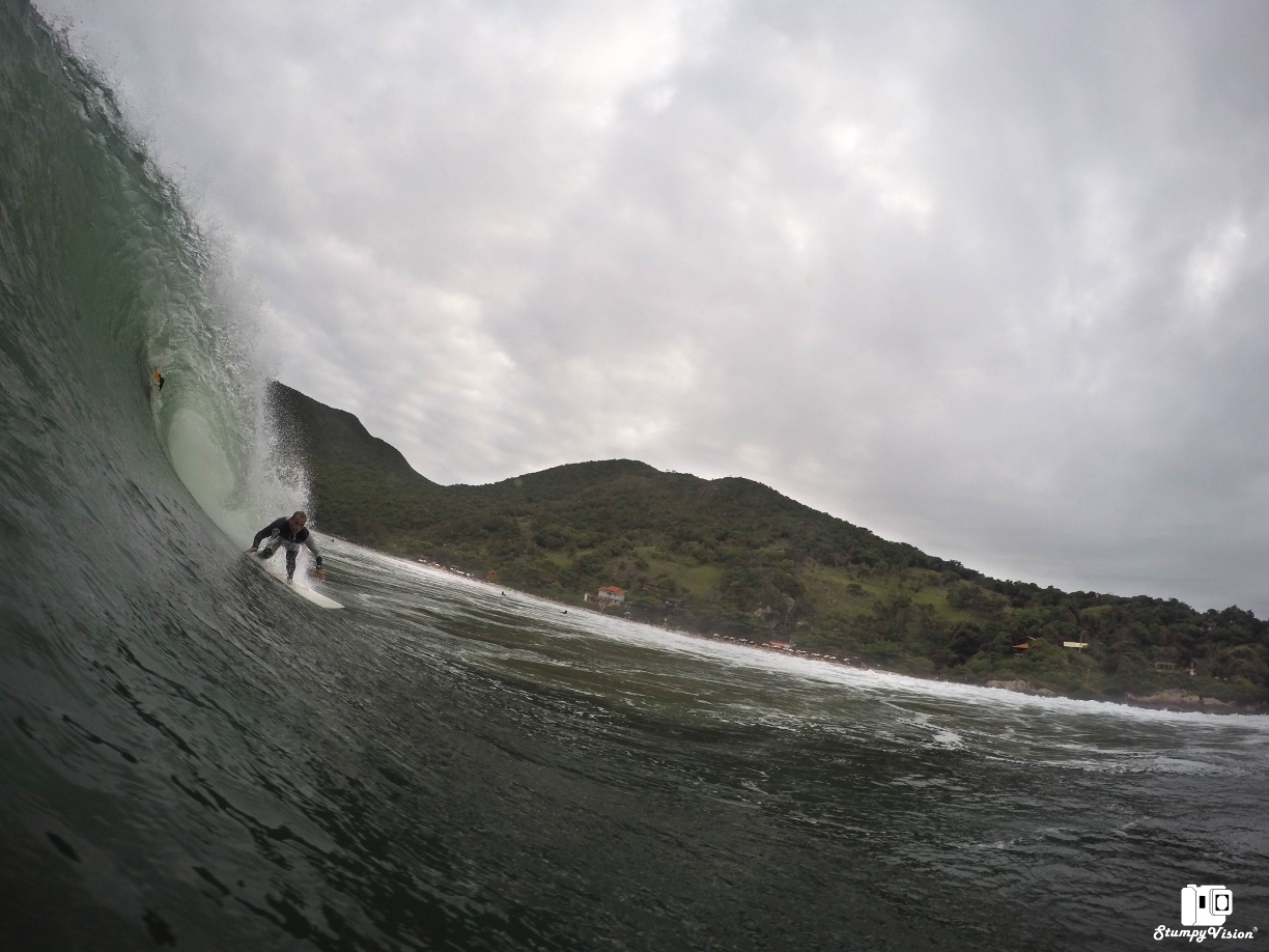 A beautiful wave and an even more beautiful backdrop in Florianópolis.
