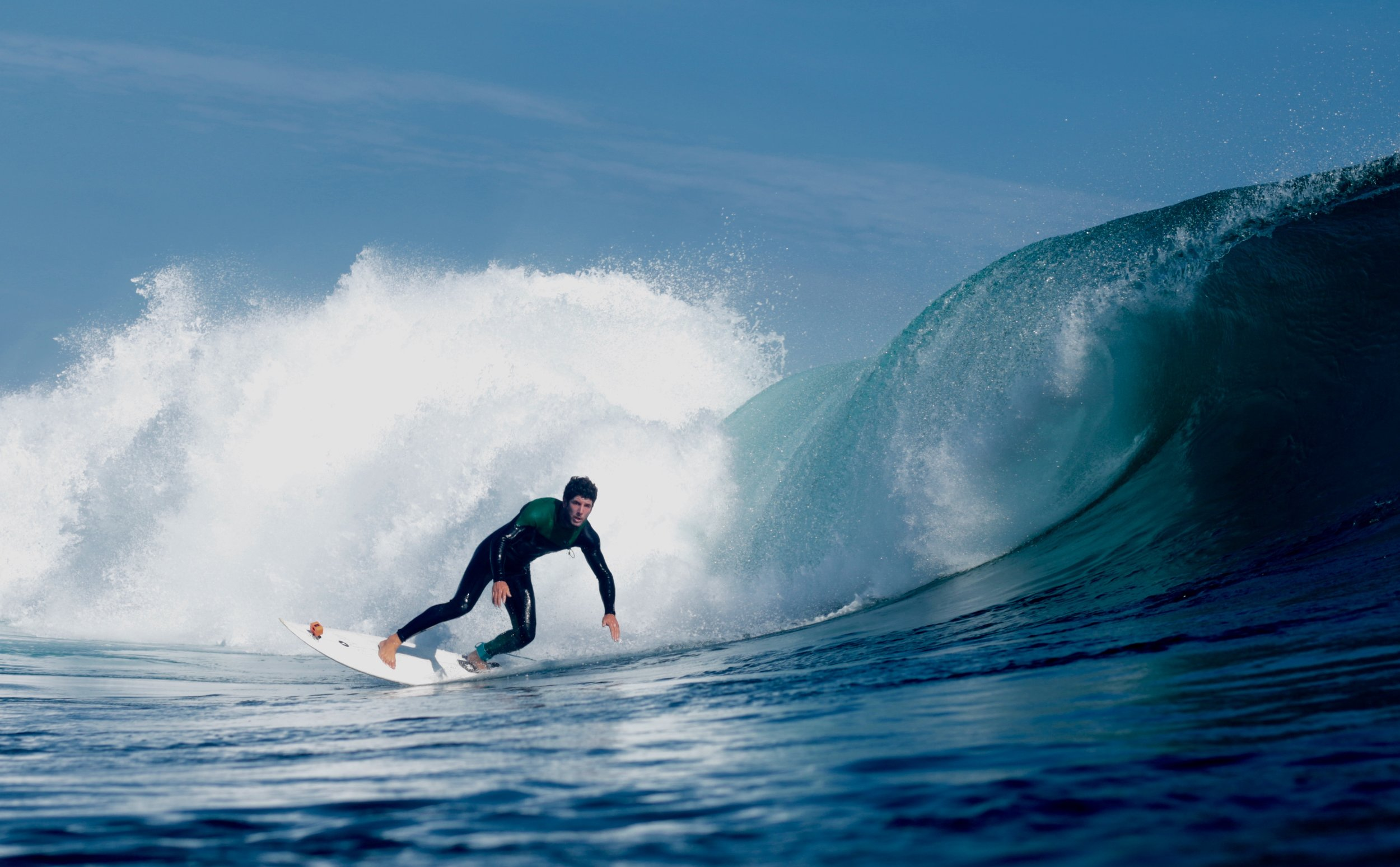 Nicolas Andrade take a break from behind the lens to snavel a few gems of his won. Picture by Briandy. If you are on Santa Cruz island and wish to access the best waves do not hesitate to contact local surf guide and complete legend  Nicolas Andrade (thepointsurf.gps@gmail.com) who always has his finger on the pulse. Andrés Durán sets his line on the peak.