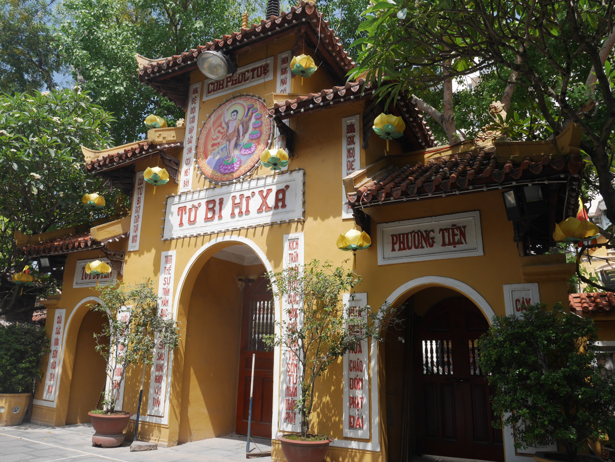 entrance to Quan Su Temple, Hanoi