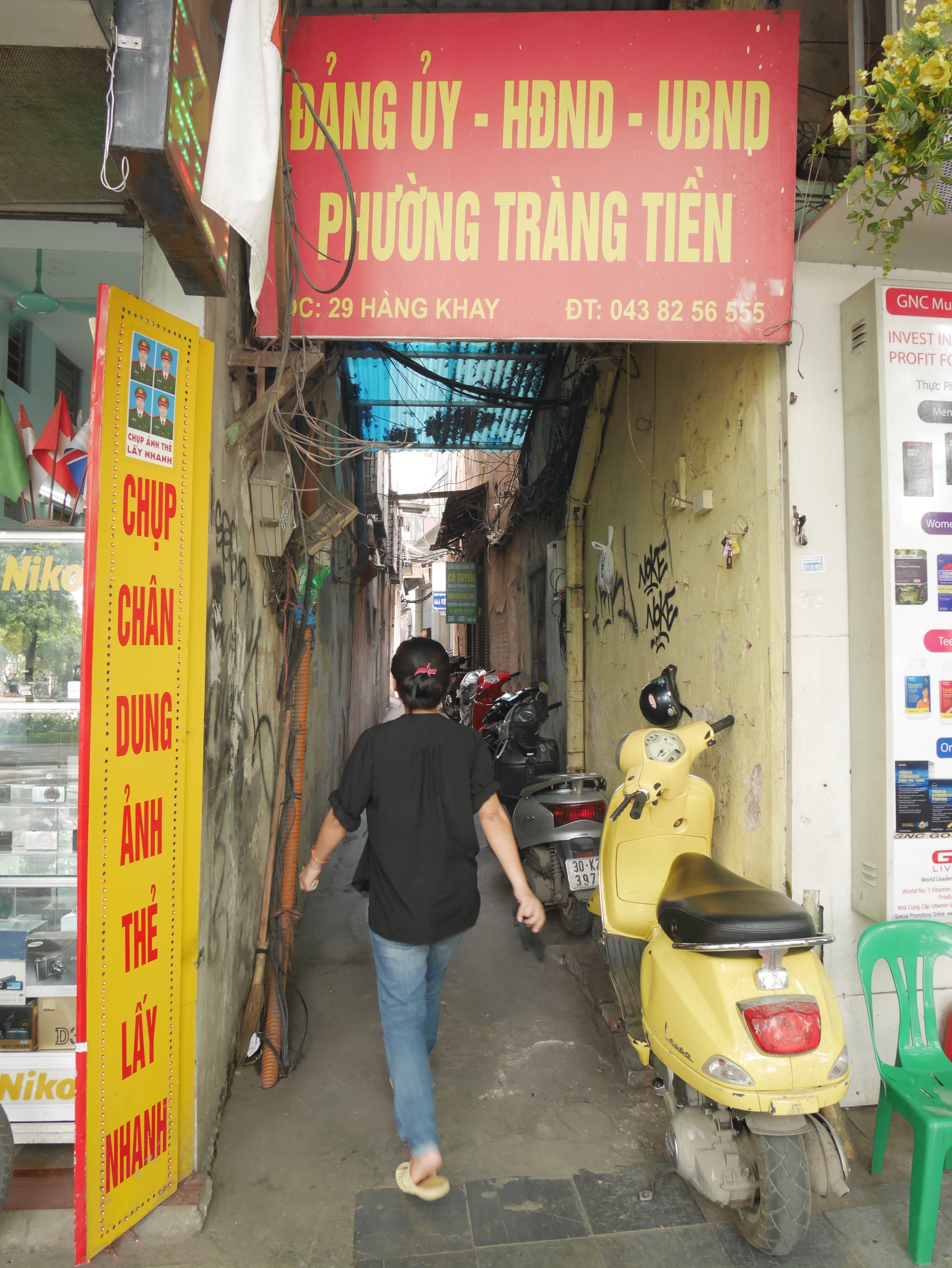 Tiny alley cross Hoan Kiem Lake that hides restaurant inside