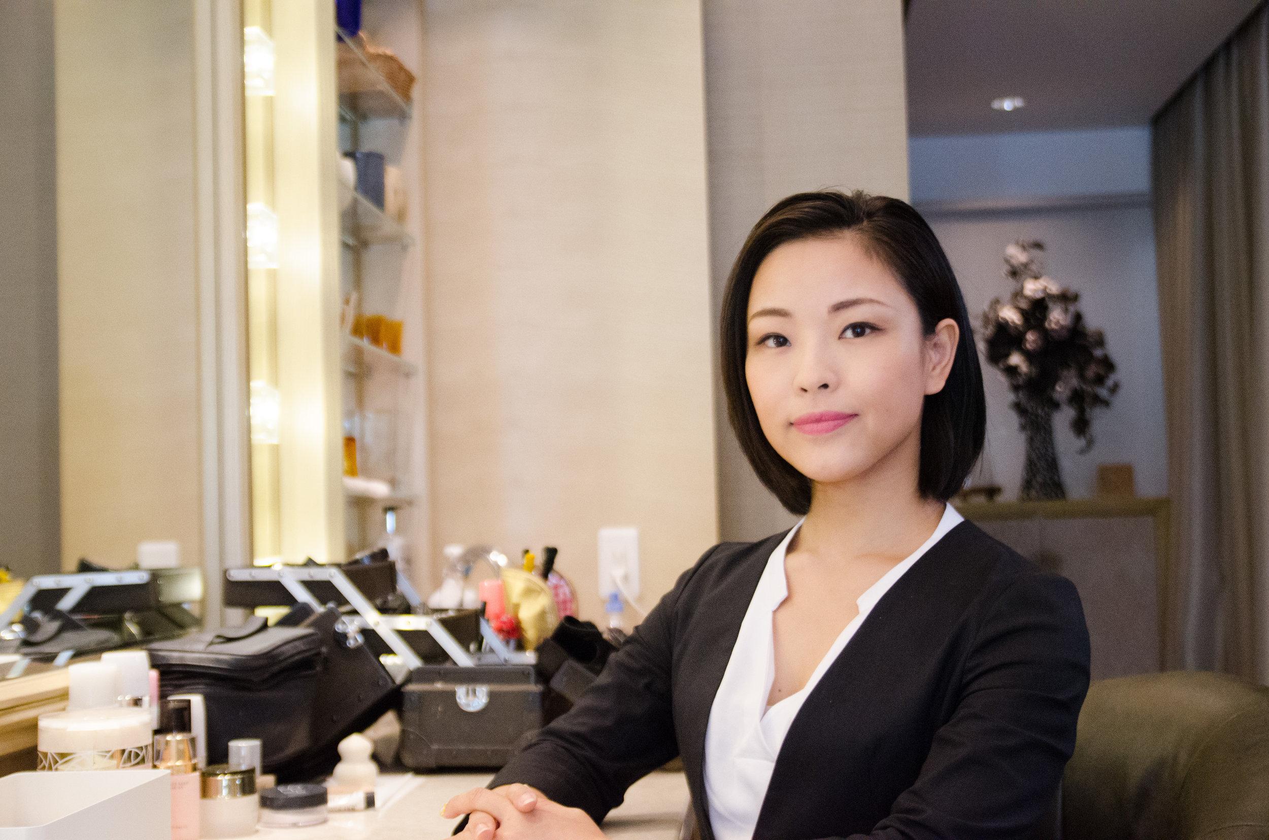 − WANNE代表 福田裕香 − ヘアメイクアーティスト アイリスト 着付師 美容技術講師  サロンワークの傍ら、フリーランスのヘアメイク(ブライダル・美容講師・化粧品広告・ファッションショー・美容イベント等)としても活動。毎月子育て支援やボランティア美容活動も行っている。