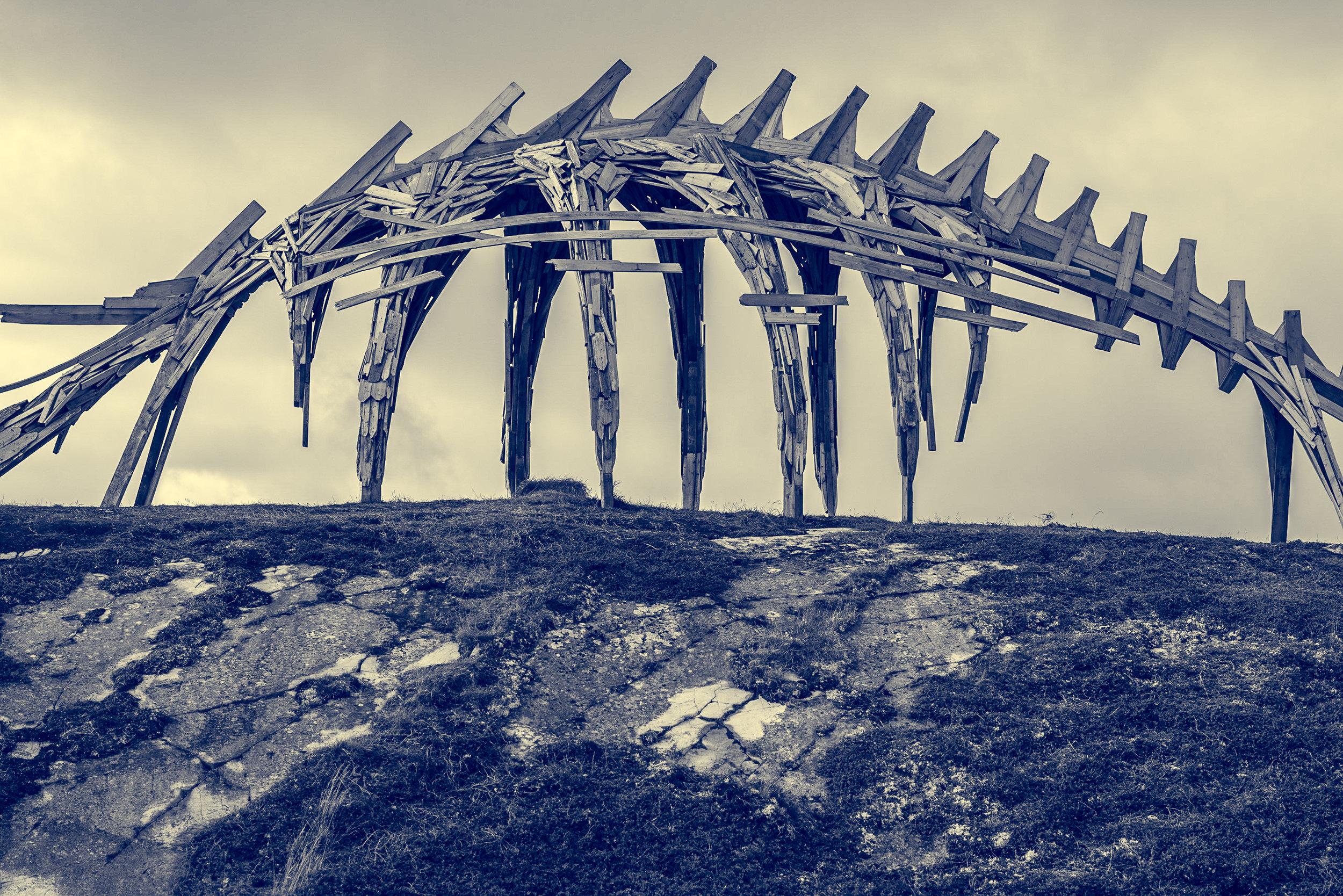 Vardø er en opplevelse i street art og annen kunst. Vi går rundt i alle kroker og bakgårder i byen samt utenfor byen hvor vi blant annet finner denne installasjonen. ©Bjørn Joachimsen.