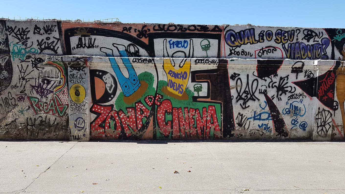 The main wall of the flyover is marked by graffiti and tagging as part of the process of spatial appropriation. Photo by Claudia Seldin, 2018