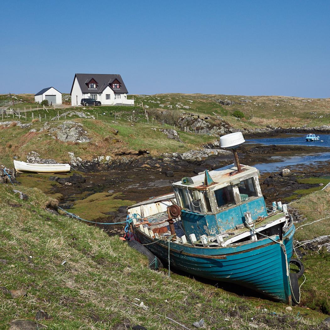Derelict fishing boat Barra.jpg