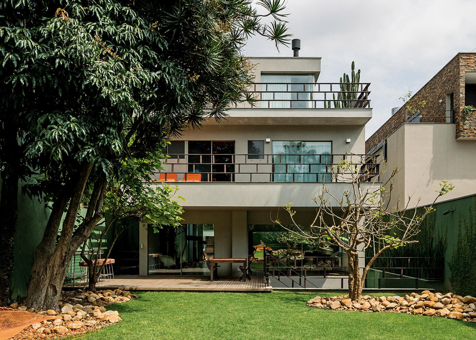 private-house-studio-campanas-sao-paulo-designers-architecture-piassava-palm-fibre-facade-leonardo-finotti-photography_dezeen_1568_14.jpg