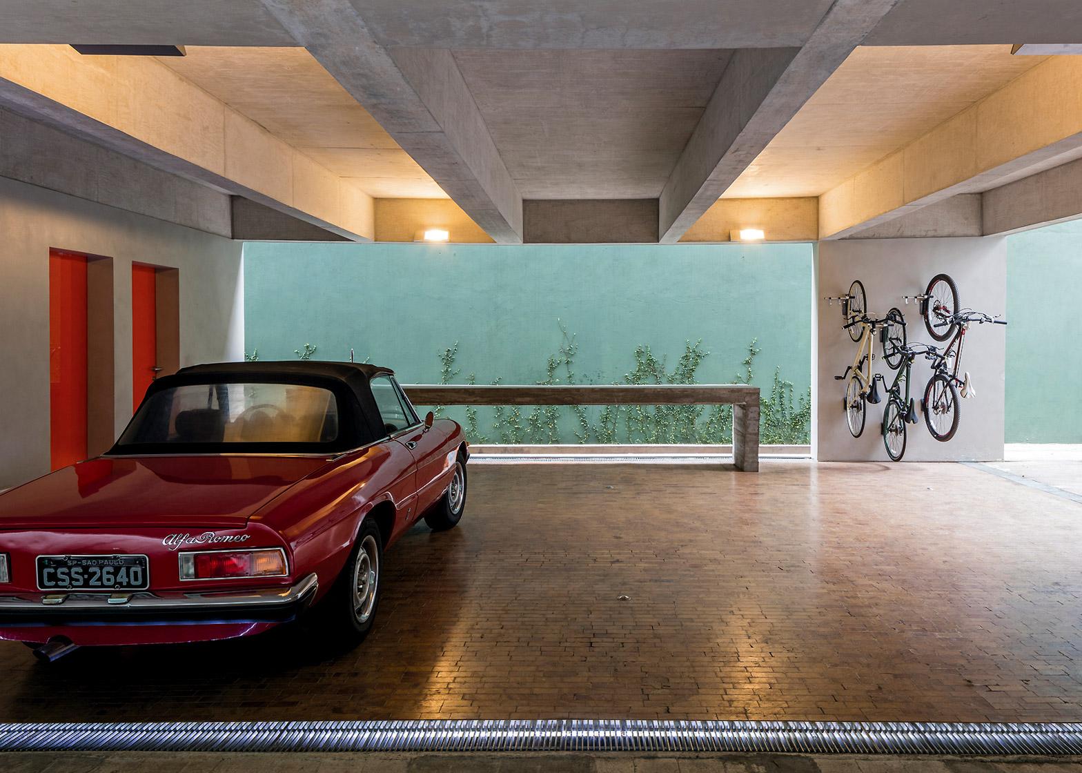 private-house-studio-campanas-sao-paulo-designers-architecture-piassava-palm-fibre-facade-leonardo-finotti-photography_dezeen_1568_10.jpg