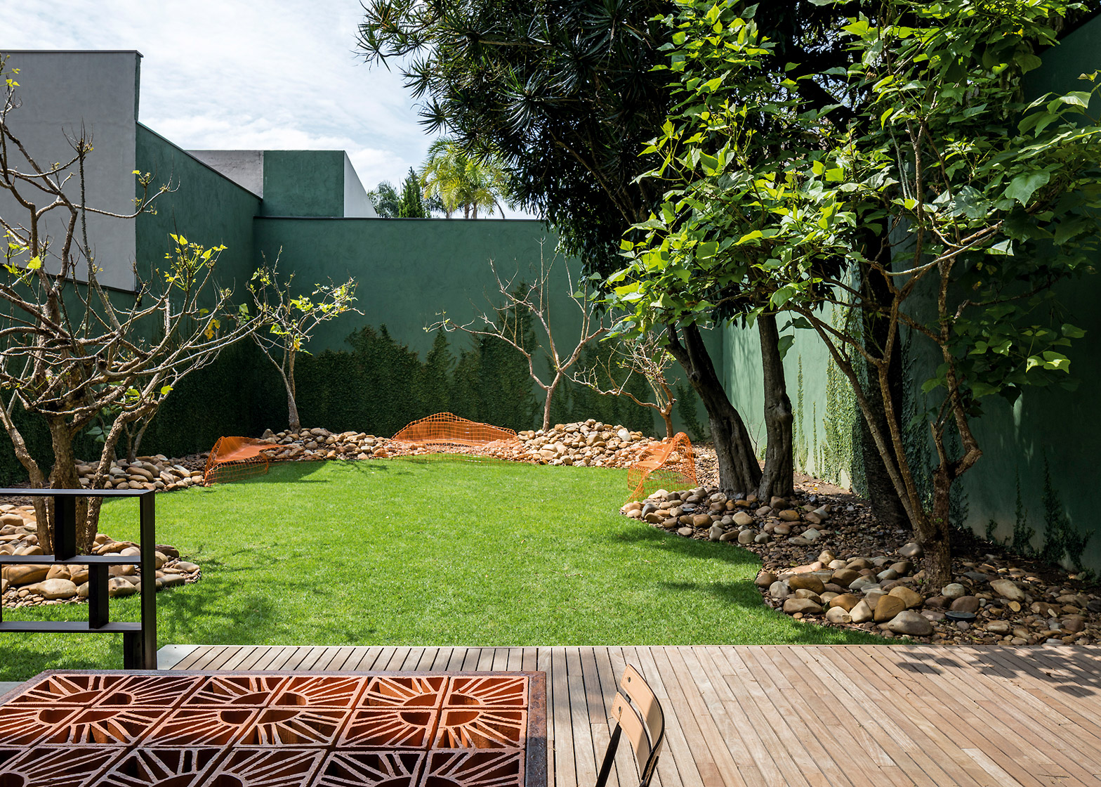 private-house-studio-campanas-sao-paulo-designers-architecture-piassava-palm-fibre-facade-leonardo-finotti-photography_dezeen_1568_0.jpg