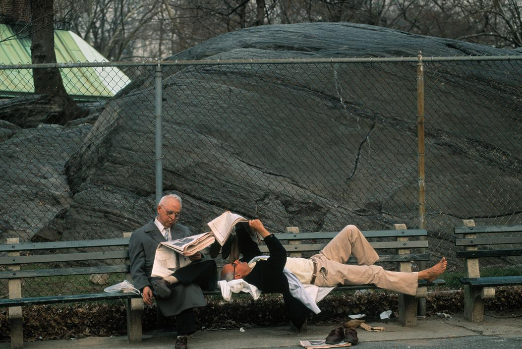 Thomas Hoepker 1992. Men reading the New York Times in Central Park.jpg