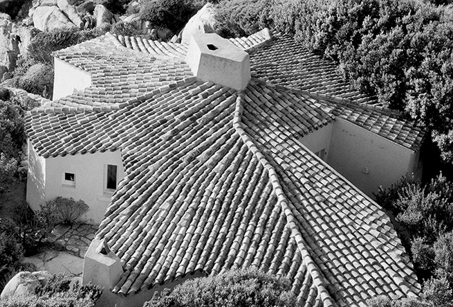 Casa di Ivan, a wide tiled home resembling a starfish.